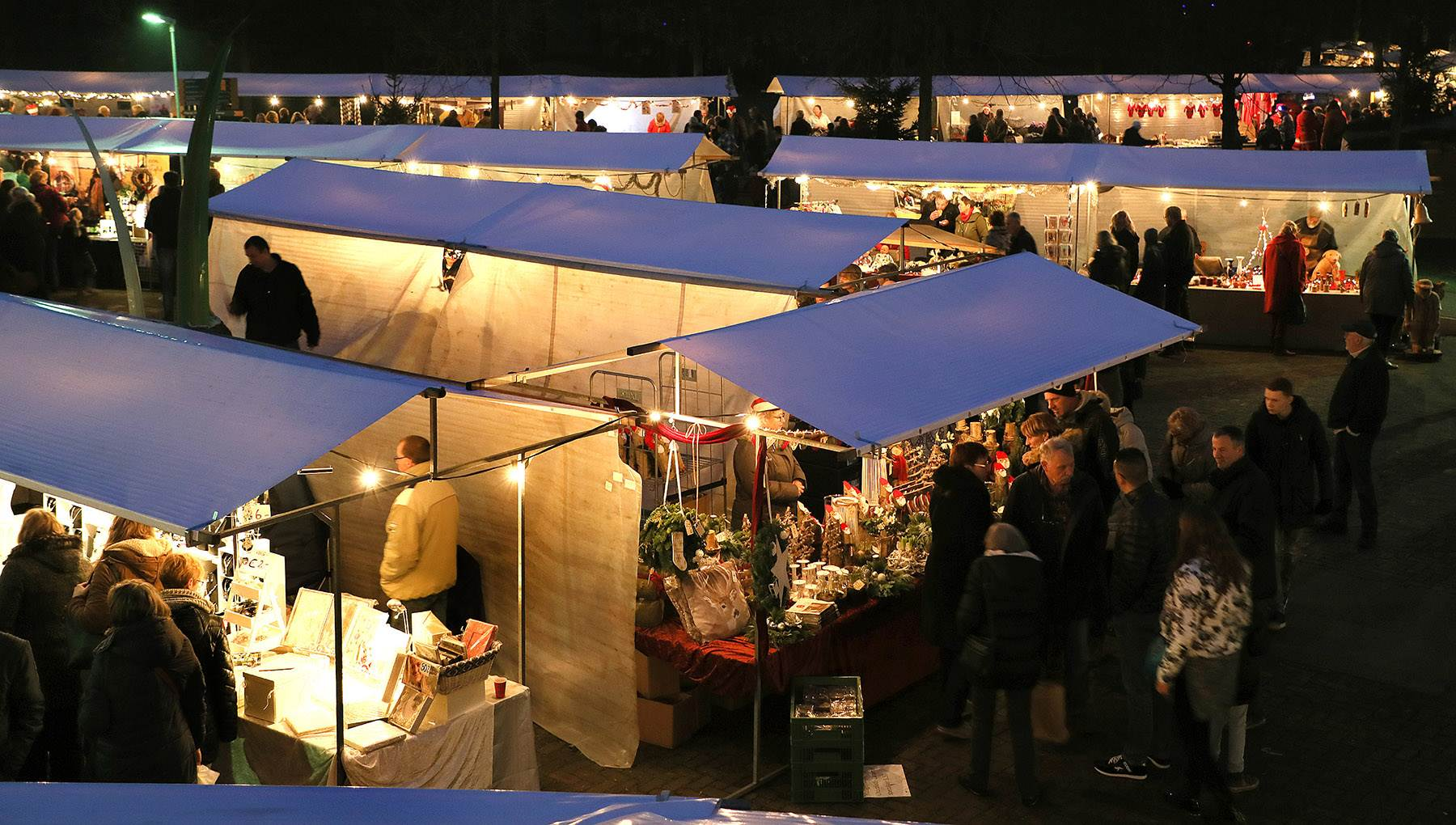 the outdoor market in kerstmarkt natuurpark would fill the grinch with christmas joy the market takes place in a pretty rural setting and specialises is