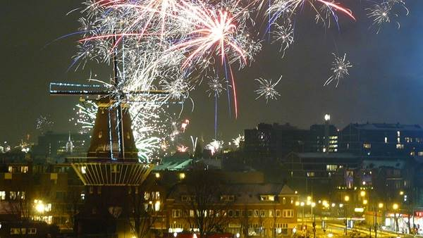 New Years eve fireworks windmill Amsterdam CC BY 2.0 Eelco Cramer via Flickr