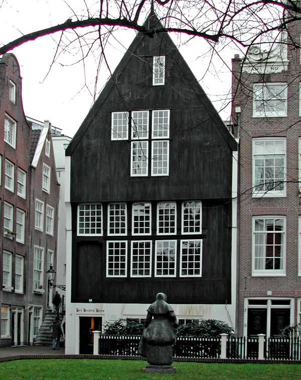 Amsterdam Begijnhof Houtenhuys CC BY-SA 3.0 Kees Hu via Wikimedia Commons