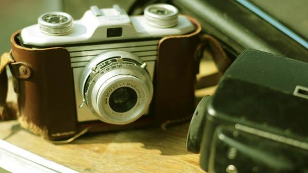Vintage camera Amsterdam CC BY 2.0 Alexis Lamster via Flickr